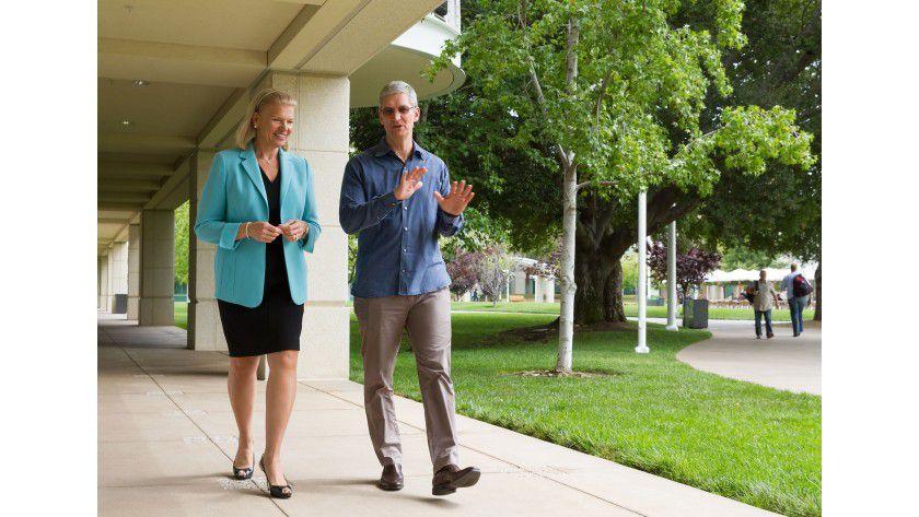 Ginni Rometty, CEO IBM und Tim Cook, Apple CEO: Mit Hilfe von IBM will Apple starker ins Unternehmensgeschäft vorstoßen.
