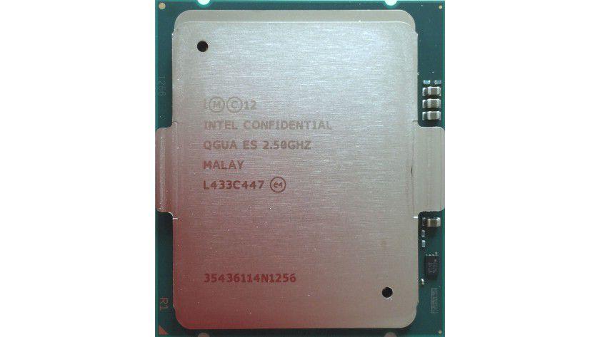 Intel Xeon E7-8890 v3: Das Topmodell der neuen Serie besitzt 18 Kernen, die mit einer Grundtaktfrequenz von 2,5 GHz arbeiten. Per Turbo Mode können einzelne Cores mit bis zu 3,3 GHz takten. Der Prozessor besitzt einen 45 MByte großen Last Level Cache und ist für Server mit bis zu acht Sockeln ausgelegt.