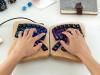 Model 01 – programmierbare, zweigeteilte Tastatur aus Ahornholz