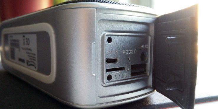 Es stehen neben Bluetooth auch Hardware-Schnittstellen zur Verfügung: USB 2.0, Micro-USB, Line-In und ein Micro-SD-Slot.