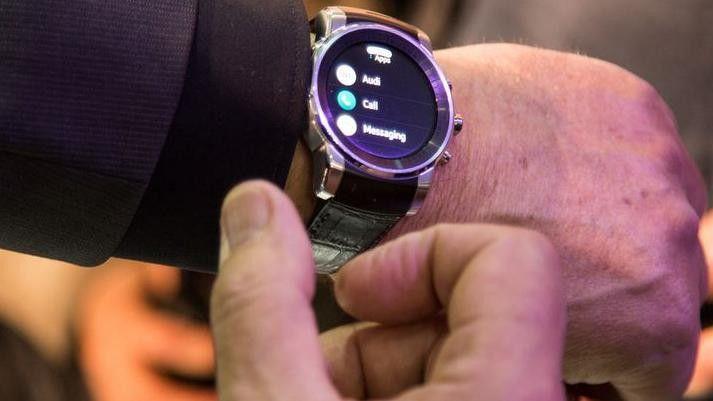 Die von LG gefertigte Smart Watch am Arm von Audi-Entwicklungschef Ulrich Hackenberg