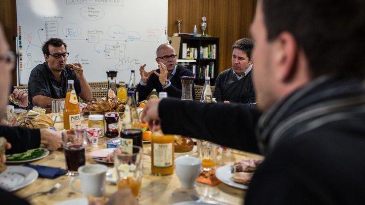 """Bis zu 15 Mitarbeiter der Cleverbridge AG können sich beim CEO-Breakfast mit Christian Blume (zweiter von links) in kleiner Runde mit dem Firmenchef austauschen, Erfolgsgeschichten aus ihrem Arbeitsalltag berichten oder erzählen, was sie bewegt und wo sie """"der Schuh drückt""""."""
