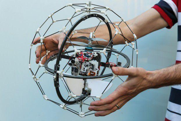 """Das Schweizer Start Up Flyability hat sich mit seiner kollisionssicheren Drohne Gimball den """"Drones for Good Award"""" 2015 gesichert."""