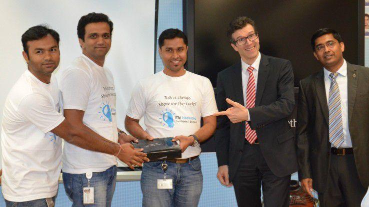 """Das Sieger-Team """"Unreal"""" mit Daimler-CIO Dr. Michael Gorriz und MBRDI-Chef Manu Saale."""