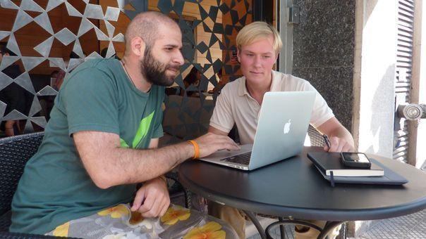 Pycno-Gründer Nikita Gulin (li.) bei der Arbeit im chilenischen Sommer.