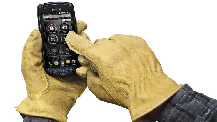 Ein robustes Handy für den Outdoor-Einsatz ist das Kyocera Torque.