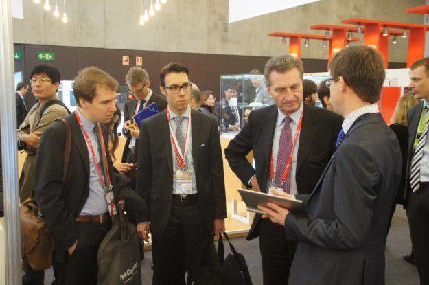 EU-Digitalkommissar Günther Oettinger beim Besuch des 5G-PPP-Stands auf dem MWC