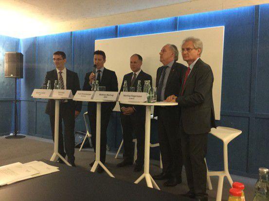 Stellten den Abschlussbericht vor (von links): SAP-Vorstand Bernd Leukert, Dirk Hoke, CEO von Siemens Customer Services, Accenture-Geschäftsführer Frank Riemensperger, Staatssekretär Matthias Machnig und Acatech-Präsident Henning Kagermann.
