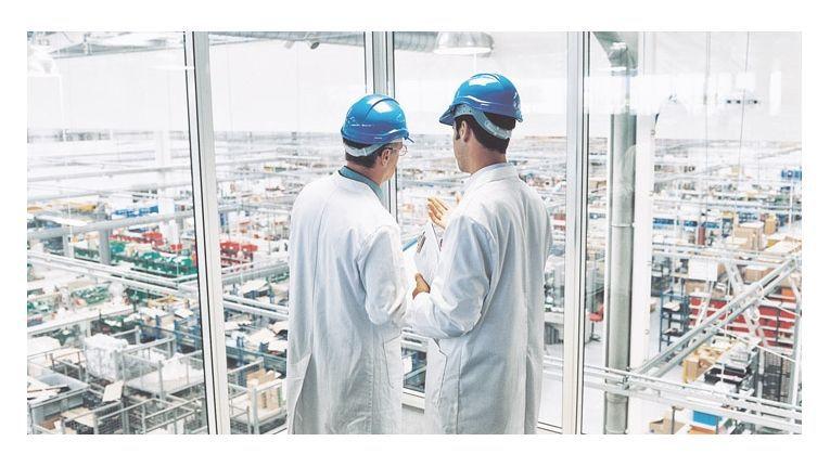 Schutzhelme alleine reichen für die Sicherheit in den Produktionswerkstätten künftig nicht mehr aus.