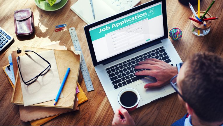 Damit die Stellensuche für die Online-Generationen unkompliziert funktioniert, haben Portale wie Talents Connect, Truffls und Mobilejob Funktionen entwickelt, die jungen Bewerbern passgenaue Jobs vorschlagen. Umgekehrt sortieren die Plattformen für Arbeitgeber die angeblich richtigen Kandidaten heraus.