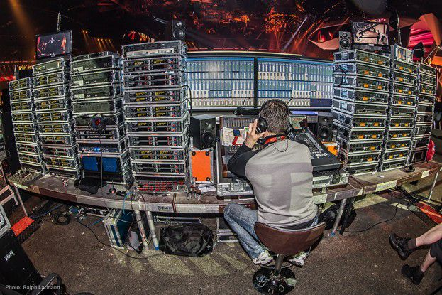Bei Großevents werden besonders viele Mikrofonstrecken und damit freie Funkfrequenzen benötigt. Hier ein Blick hinter die Kulissen des Eurovision Song Contest 2011 in Baku, wo die Drahtlostechnik besonders aufwändig war: 144 Funkstrecken allein für die Produktion.