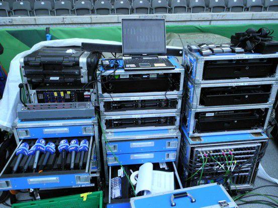 Die Live-Berichterstattung von Sportevents ist ohne drahtlose Technik undenkbar. Hier Funkmikrofone des Rundfunks Berlin-Brandenburg beim DFB-Pokalfinale 2014 im Berliner Olympiastadion.