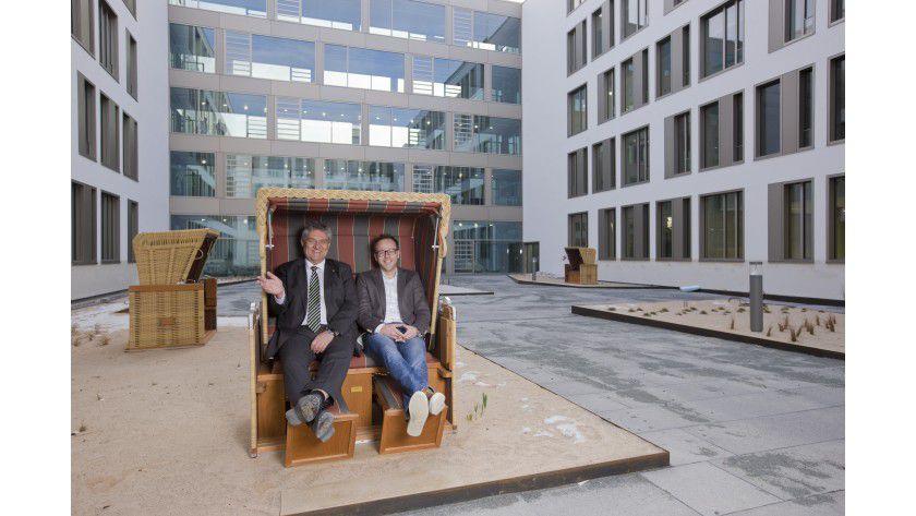 Datev-Entwicklungsvorstand Peter Krug und das Gremiummitglied Matthias Bulligk im neuen IT-Campus 111 der Datev.