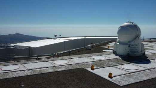 Blick von den Teleskopen über das Kontrollzentrum zum 12 km entfernten Pazifik.