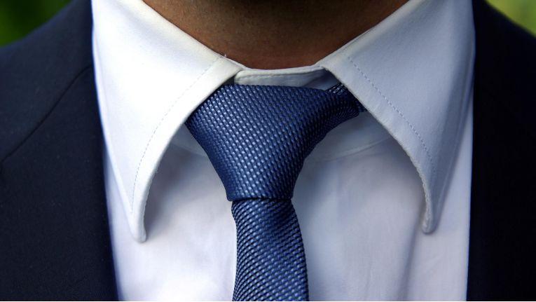 """Eine Krawatte ist nicht immer Pflicht, etwa wenn als Dresscode """"Business Casual"""" angegeben ist."""