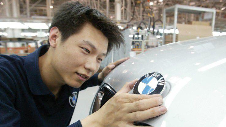 Ein Mitarbeiter im BMW-Werk Tiexi, Shenyang. In China sollen noch Ende 2015 die ersten autonomen Fahrzeuge von BMW und Baidu über den Asphalt rollen.