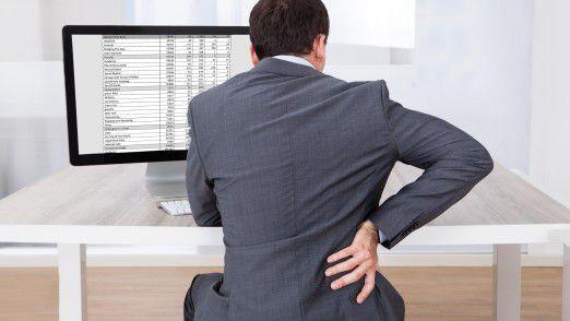 Wer zu lang am Schreibtisch sitzt, leidet oft unter Rückenschmerzen.