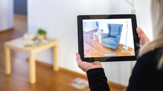 Einblendung einer Sessel-Grafik in ein reales Wohnzimmer.