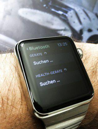 Die Apple-Watch verbindet sich per Bluetooth mit einem Auto.