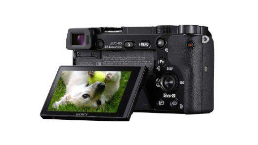 Bis auf die Fujifilm X-E2 verwenden alle Kameras im Test ein klappbares Display, hier die Sony A6000.