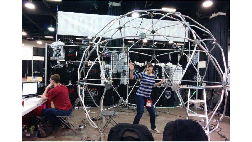Geodätische Kuppel: Der 3D-Scanner Argus nimmt Objekte oder Personen mittels 35 Raspberry-Pi-Platinen mit Kamera-Boards aus verschiedenen Perspektiven auf, um aus den Aufnahmen ein 3D-Modell zu berechnen.