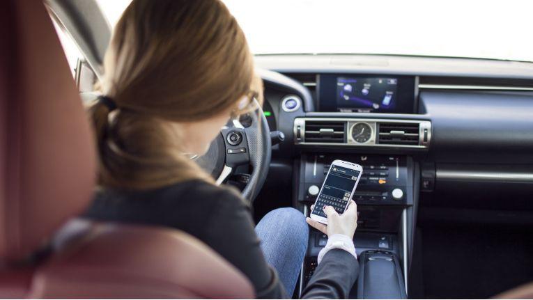 Das Unfallrisiko bei der Smartphone-Nutzung am Steuer ist um das 23-Fache erhöht.