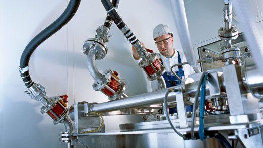 Vorfälle aus dem Bereich Sicherheit von Mensch und Umwelt werden bei Merck innerhalb des gleichen Systems verwaltet. Das schließt Informationen hinsichtlich Sicherheit, gesetzlicher Vorgaben und Chemieunfällen auf monatlicher Basis ein. Auf dem Bild zu sehen ist die Verfahrensentwicklung in Darmstadt.