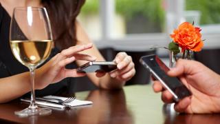Gutes Benehmen mit dem Smartphone: 7 Tipps für den Smartphone-Knigge - Foto: Robert Kneschke - Fotolia.com