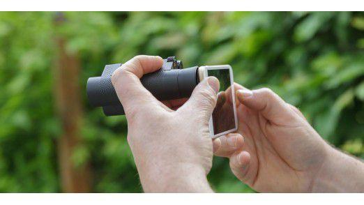 Sollten Sie mit Fernglas unterwegs sein, verwenden Sie es doch als Teleobjektiv für Ihr iPhone.