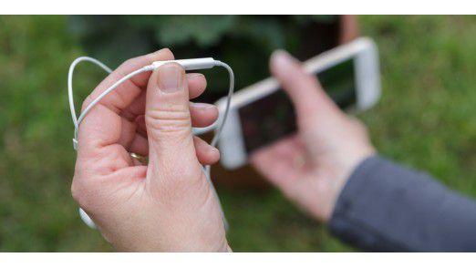 Apple liefert eine Kabelfernbedienung für die iPhone-Kamera gleich mit: Denn mit den Lautstärketasten des Kopfhörers können Sie ebenfalls die Kamera auslösen.