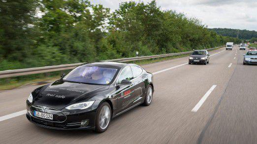 Seit Anfang 2013 erprobt Bosch das automatisierte Fahren im öffentlichen Straßenverkehr – neuerdings auch mit Erprobungsfahrzeugen auf Basis Tesla Model S.