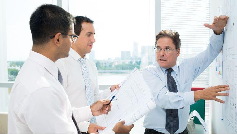 Nimmt ein Entscheidungsträger an einem Verkaufsgespräch teil, macht es Sinn, speziell auf dessen Themen einzugehen.
