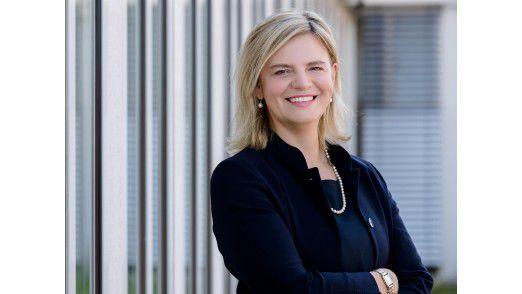 """""""Die oberste Führungsebene muss die Weichen stellen. Aus der Mitte der Organisation können sich Unternehmen nicht neu erfinden, denn das bestehende Geschäftsmodell wird in Frage gestellt und die disruptive Technologie würde das traditionelle Kerngeschäft gefährden"""", sagt Angelika Huber-Straßer, Bereichsvorstand Corporates bei KPMG."""