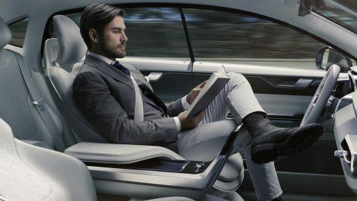 Zukünftig können Autofahrer während der Fahrt die Hände vom Lenkrad nehmen.
