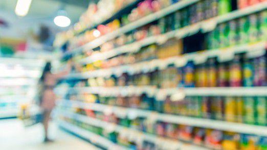 Im verschärften Konkurrenzkampf mit Online-Anbietern investieren Supermärkte vermehrt in ihre Ladenausstattung.