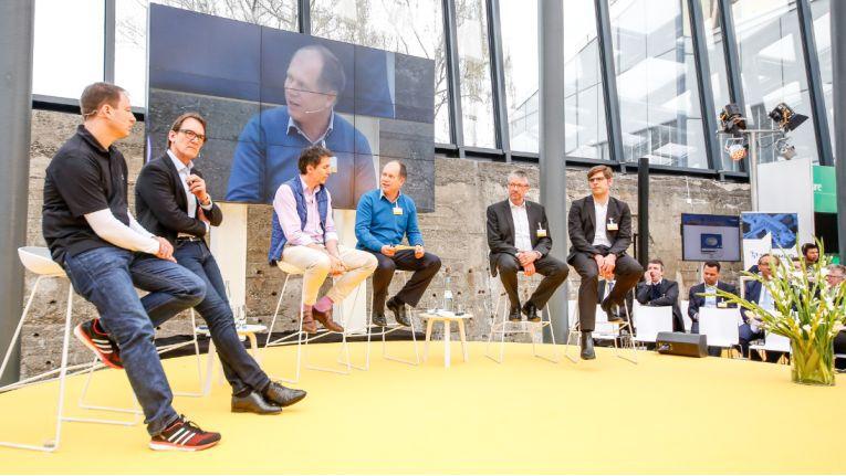 Digitale Transformation aus der Praxis: Burkhard Dümler von Adidas, Uli Huener von EnBW, Martin Sinner von der Electronics Online Group Media Saturn sowie Georg Oenbrink von Evonik und Florian Krummheuer von DB Regio Bus berichteten aus der Praxis.