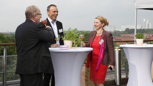Vice President Information Technology Gerhard Hiegemann von der Swiss Re Europa (Mitte), Geschäftsführerin Hanna Hennig von der EON Business Services GmbH (rechts) mit Bernd Hennig (links)