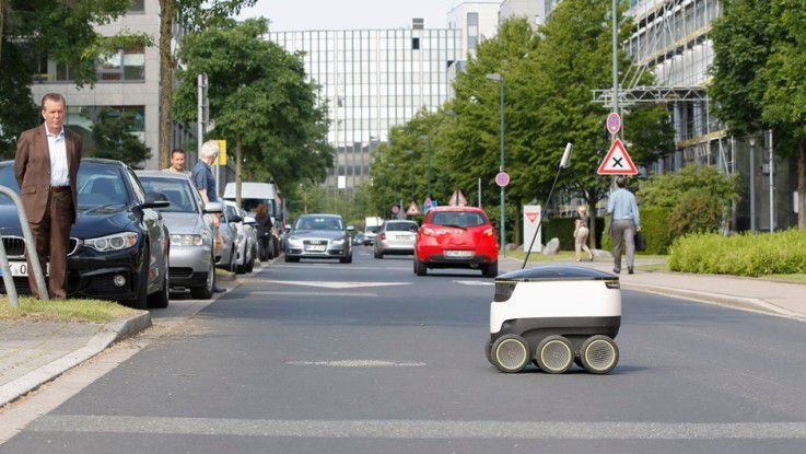 Straßen quert der Starship-Roboter erst nach Freigabe durch den Operator.