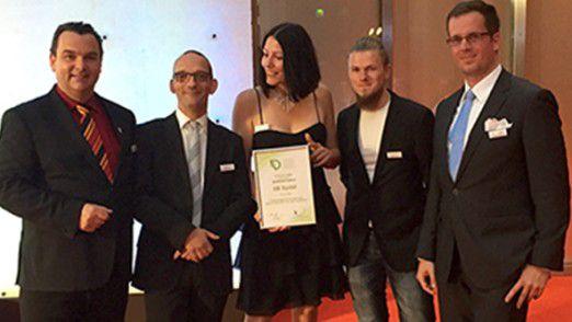 Darren Cooper vom Skydeck Frankfurt sowie Holger Dobek und Peggy Karstedt, beide vom Skydeck Berlin und Michael Synold vom Skydeck Erfurt sowie Tobias Dietz vom Skydeck Frankfurt freuen sich über die Auszeichnung beim DLA (v.l.n.r.)