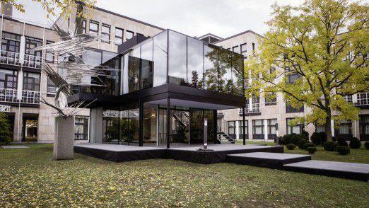 Von Ende Oktober bis Ende Dezember steht der Glascontainer auf dem Campus in Stuttgart-Möhringen. Dann wird er abgebaut und geht wieder mit dem Team der Deutschen Tourenwagen Meisterschaft (DTM) auf Reisen.