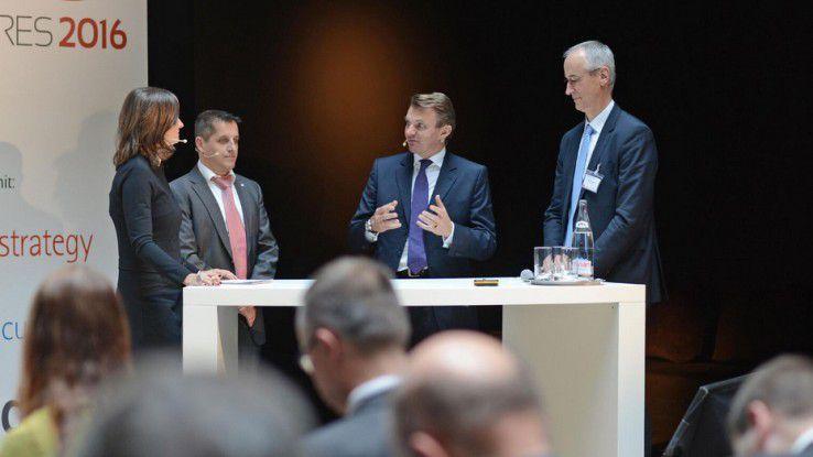 Auf dem Pre-Event zum CIO des Jahres 2016 stellten sich FC Bayern-CIO Michael Fichtner (2.v.l.) und Hoyer-CIO Dr. Peter Jürging (ganz rechts) den Fragen von Moderatorin Inka Schneider und Oliver Bittner (3.v.l.), Accenture.