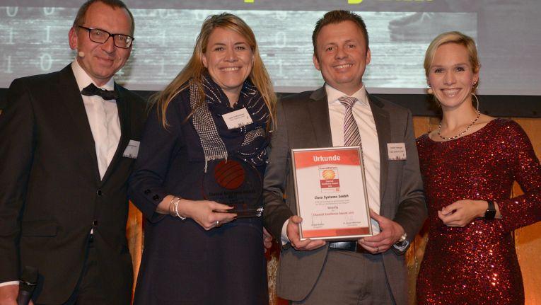 """Den begehrten """"Channel Excellence Award"""" gewann Cisco 2017 im Bereich Security. Channel-Chefing Jutta Gräfensteiner und Torsten Harengel sind sichtlich stolz auf diese Auszeichnung."""