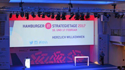 Große Bühne in Hamburg: Die Referenten werden auf den Hamburger IT-Strategietagen 2017 perfekt in Szene gesetzt.