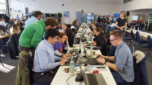 An den Hackathon Days nahmen rund 1700 Mitarbeiter mit 61 Nationalitäten teil. Rund 300 Teilnehmer saßen am Standort München-Perlach (Foto) sowie weitere 400 verteilt auf die Standorte Princeton, Erlangen, Wien und Karlsruhe. Die anderen Kollegen schalteten sich über Skype, Collaboration Tools und das interne Social Network zu.