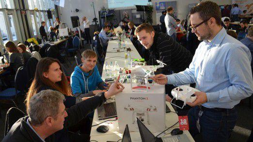 """""""Die Vorphase seit dem Einstellen der Idee auf der Plattform verlief schon spannend. Das ging alles sehr schnell, im Alltag klappt so was nicht"""", berichtet Stefan Jost-Dummer (re.). Sein Team entwickelte einen """"digitale Zaun"""" für Drohnen."""