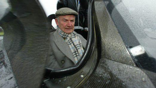 Ferdinand Piëch sitzend im Volkswagen 1-Liter-Auto L1.