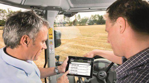 So geht Landwirtschaft heute: Mit dem iPad auf dem Traktor.