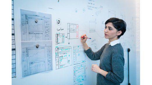 Noch vor den ersten digitalen Entwürfen werden in Grauskizzen (Wireframes) Anordnungen, Elemente und Verhältnisse bestimmt.