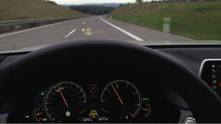 Das Head-Up Display im BMW 730d während der Fahrt.