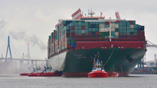 Auf eines der größten Containerschiffe der Welt passen bis zu 19.000 Standardcontainer. Der Mega-Carrier CSCL Globe läuft auch den Hamburger Hafen an.